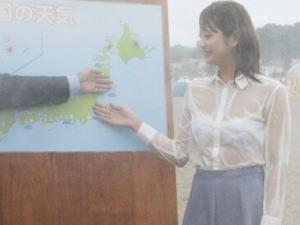 【※悲報※】台風中継でびっしょ濡れになった女子アナ、そのまま放送される放送事故! 想像以上にびっしょ濡れスッケスケエッッッッロwwww(画像あり)