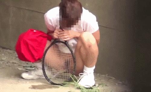 【盗撮注意】テニス部女性が体育館裏で野ション、同級生に晒されるwwwwwwwwww(GIFあり)
