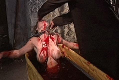 【閲覧注意】女性の身体が切り刻まれている姿に興奮する奴は病院に行ってこいwwwwwwwwwww