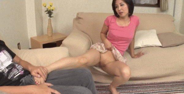発情した人妻熟女の若い男への誘惑の仕方がコチラwwwwwwwwwwww(GIFあり)