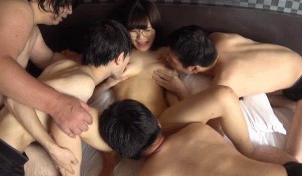 おっさん達の性欲処理にされる眼鏡っ子JKの末路。。。(GIFあり)