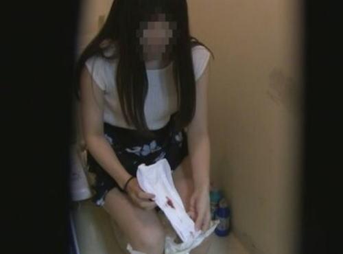 【検挙…】トイレ盗撮して「ナプキン交換」だけを配信して逮捕された犯人の映像がコレ。。(動画)