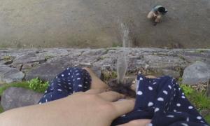 「オシッコなう」マジキチ女が野外放尿してる光景がコレ。。
