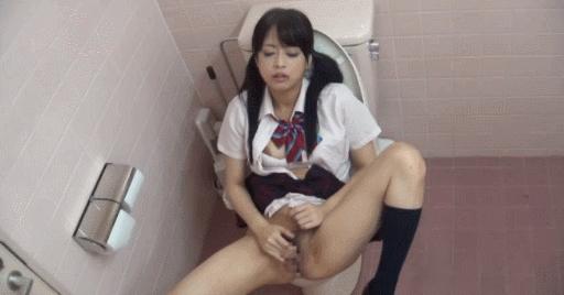 【エロ注意】トイレでオナニーしてるJKさん、まんまと盗撮され晒されるwwwwwwwwwww(GIFあり)