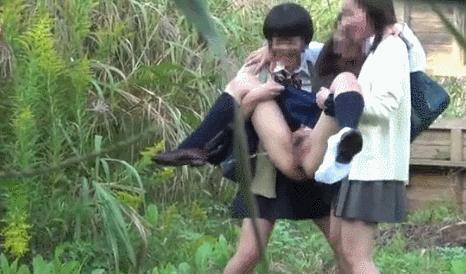 【悲報】野外でも堂々とオシッコをするJK、ツイカスに盗撮される(画像あり)